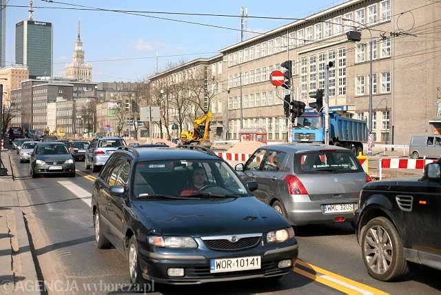 Al. Niepodległości jest zwężona, a samochody stoją w korku w obu kierunkach nawet w niedzielę