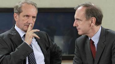 Minister obrony RP Bogdan Klich (z prawej) z szefem francuskiego MON Gerardem Longuetem podczas spotkania ministrów obrony krajów NATO w Brukseli (8 maja 2011 r.)