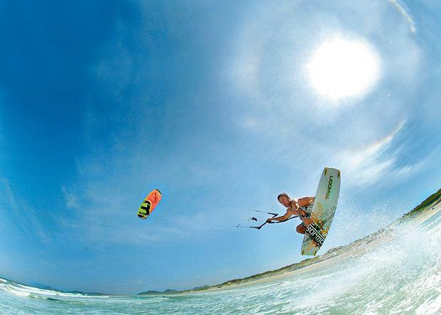 Surferzy, latawce, wiatr