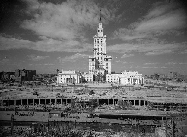 Warszawa, ok. 1955. Budowa Pałacu Kultury i Nauki w Warszawie. Fot. Władysław Sławny.