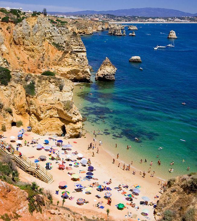 Algarve to kilometry z�otych pla� z poczt�wkowo b��kitnym niebem i oceanem. Powstaje tu coraz wi�cej luksusowych hoteli.