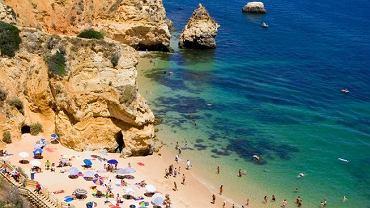 Algarve to kilometry złotych plaż z pocztówkowo błękitnym niebem i oceanem. Powstaje tu coraz więcej luksusowych hoteli.