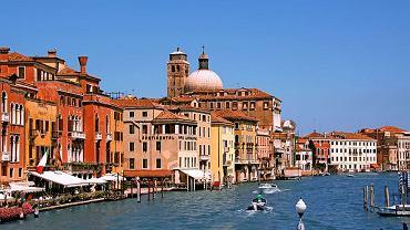 Kanał Grande, Wenecja. Kanał Grande(Canal Grande) popularnie zwany Canalazzo, jest największą i najważniejszą arterią wodną Wenecji. Ma kształt odwróconej litery S. Przecina całe miasto dzieląc je na dwie części. Kanał Grande dzięki otaczającym go budynkom, rozwieszonym nad nim mostom, a także pływającym po nim gondolom jest wyjątkowo malowniczy.
