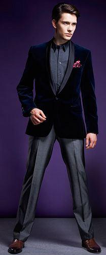 Formalnie bez garnituru, styl, moda m�ska, marynarki, spodnie, buty, Marynarka Lagerfeld/Peek & Cloppenburg, aksamit. Cena: 1490 z�  Koszula Da Vinci, bawe�na. Cena: 499 z�  Poszetka Valentino/Da Vinci, jedwab. Cena: 229 z�  Spodnie Pr�chnik, we�na, bawe�na. Cena: 99 z�  Buty Boss Black, sk�ra. Cena: 1690 z�
