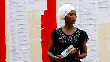 Gambia. Przed lokalami wyborczymi wiszą listy kandydatów - jednak wielu wyborców nie potrafi czytać