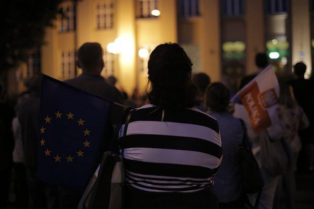 Zdjęcie numer 12 w galerii - Tłumy przed Sądem Okręgowym w Łodzi. Protest przeciwko zmianom PiS w sądownictwie [ZDJĘCIA]