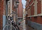 """Amsterdam. Wenecja P�nocy - tak """"na drugie"""" ma Amsterdam. Sie� kana��w i w�skich ulic, przy kt�rych zamiast kolorowych gondoli parkuj� kolorowe rowery, chyba najlepiej t�umaczy, sk�d wzi�o si� to okre�lenie."""
