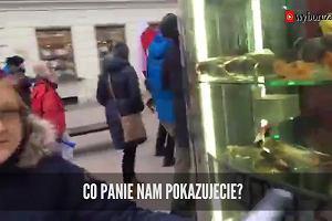 """""""Wyprzedaż kaczek"""". Podpatrzone podczas przemarszu demonstrantów na Trakcie Królewskim w Warszawie - 17 grudnia 2016 r."""
