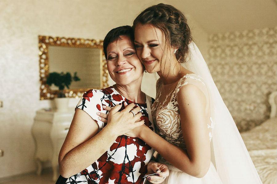 Eleganckie sukienki na wesele dla mamy