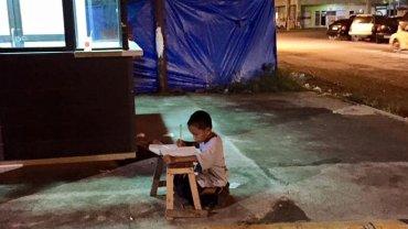 9-letni Daniel przychodzi pod McDonalda odrabia� lekcje. Tutaj po zmroku ma troch� �wiat�a