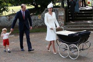 Chrzciny księżniczki Charlotte: księżna Cambridge w bieli, królowa Elżbieta w różu, a mały George jak książę William 31 lat temu! [DUŻO ZDJĘĆ]