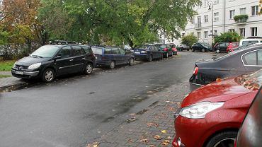 Zaparkowane samochody na tyłach Kina Wisła