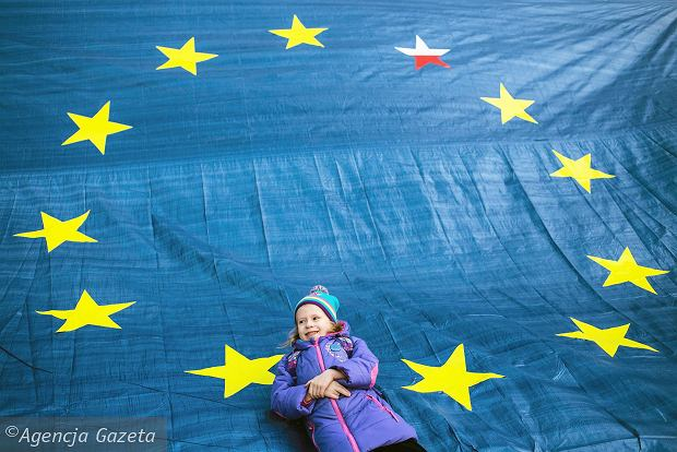 Nowy sondaż CBOS. Polacy chcą Unii Europejskiej, ale nie euro