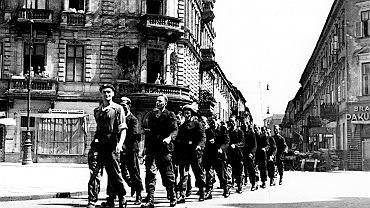 Początek sierpnia 1944 r., Śródmieście Północne. Oddział powstańców z ochrony drukarni na skrzyżowaniu ulic Chmielnej, Brackiej, Szpitalnej i Zgoda.