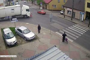Dramatyczne nagranie z Pajęczna. Kobieta wchodzi na jezdnię, wtedy tir rusza prosto na nią
