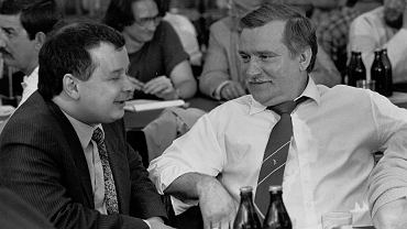 Lech Wałęsa i Jarosław Kaczyński w Stoczni Gdańskiej w 1990 r.