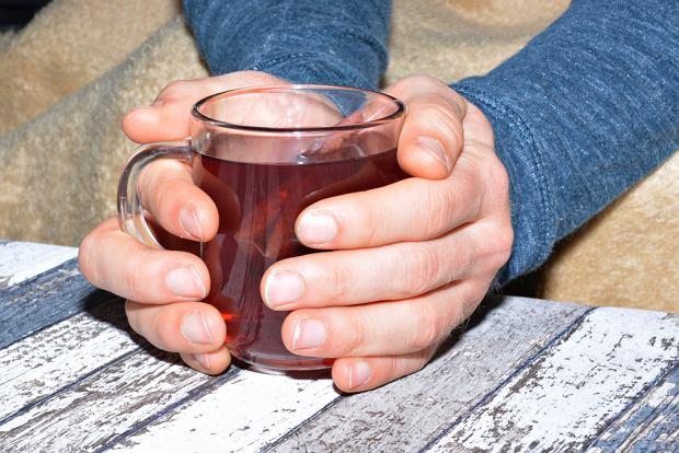 Nie tylko alkohol i papierosy. Picie gorącej herbaty też zwiększa ryzyko zachorowania na raka [BADANIA]
