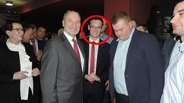 Antoni Macierewicz i Kamil Gniatkowski (na środku zdjęcia, po lewej ręce byłego ministra).