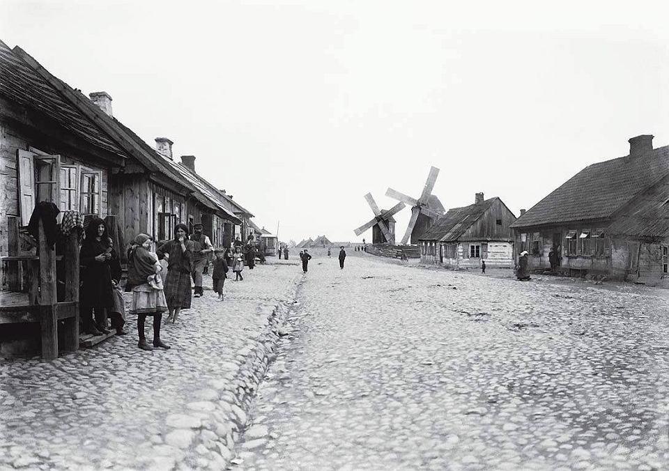 http://bi.gazeta.pl/im/00/f6/12/z19884800V,Ulica-Mlynarska-na-Woli---Jest-wybrukowana--domy-s.jpg