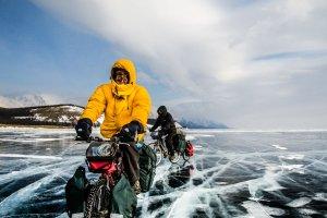 Rowerem przez zamarznięty Bajkał. Jakub Rybicki: Najlepiej jest jechać wzdłuż szczeliny, wtedy wiesz, że w okolicy lód już nie pęknie [ROZMOWA]