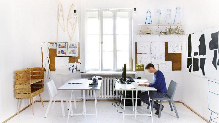 PRYWATNA PRACOWNIA  Mieści się na warszawskim Powiślu. Jest jednocześnie swego rodzaju showroomem, gdzie można obejrzeć zaprojektowane przez Pawła krzesła TokTok i regał Boxes z lakierowanej sosny (projekt we współpracy z Mają Ganszyniec i Krystianem Kowalskim).