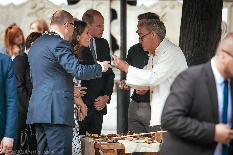 Zdjęcie numer 23 w galerii - Para książęca spotkała się z Wałęsą. Przywitały ją też transparenty o demokracji w Polsce