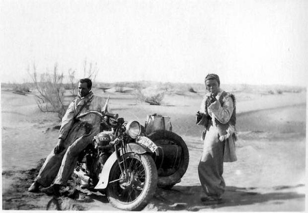 Poranek 1934 roku. Ubrani w białe kombinezony, motocyklem marki B.S.A. ruszamy do Szanghaju