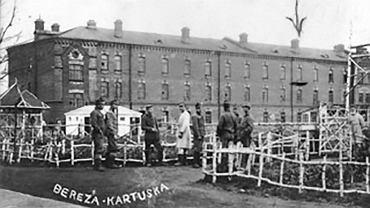 Plac ćwiczeniowy w miejscu odosobnienia w Berezie Kartuskiej. To tu pod nadzorem policjantów więźniowie uczestniczyli w apelach i ćwiczyli, stąd także rozchodzili się do pracy. Na drugim planie budynki koszar z czerwonej cegły, w których mieszkali osadzeni