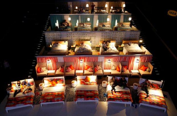 Chcesz iść do kina, ale nie masz ochoty wstawać z łóżka? Rosjanie znaleźli rozwiązanie [ZDJĘCIA]