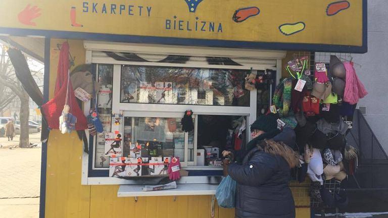 Wojna w Warszawie o brzydkie budki z odzieżą i jedzeniem. Mieszkańcy mówią urzędnikom NIE w kwestii ich likwidacji.