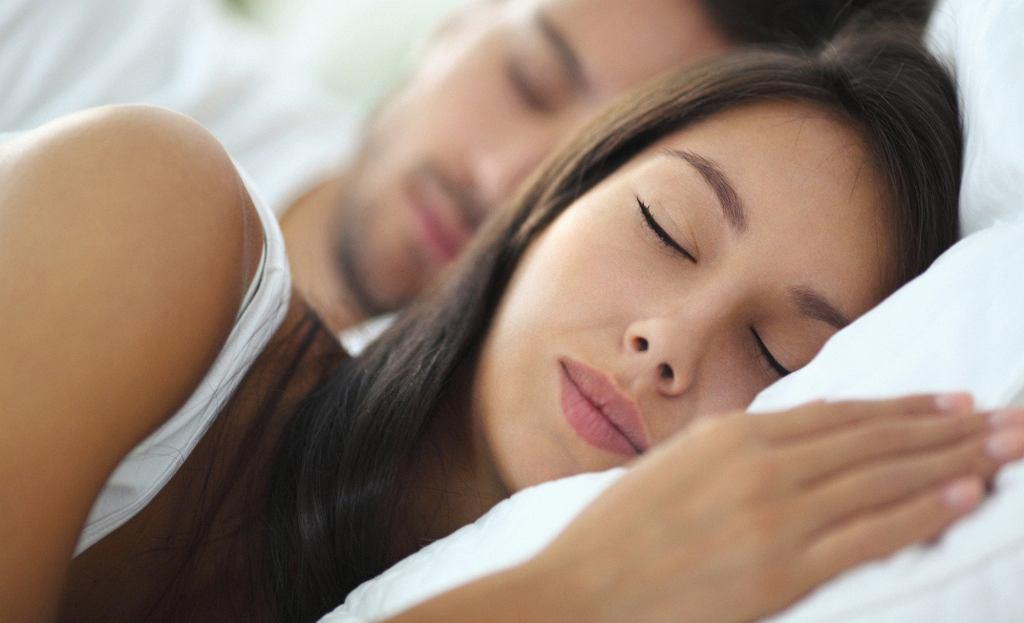 Dobrej jakości sen korzystnie wpływa nie tylko na wygląd skóry, ale też na długość życia (fot. gilaxia / iStockphoto.com)