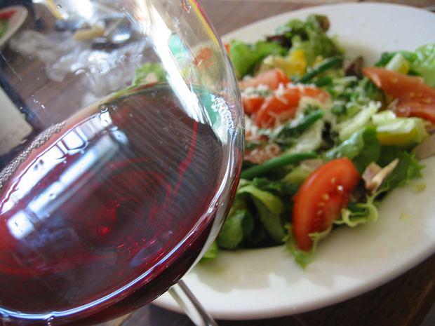 wino do posiłku