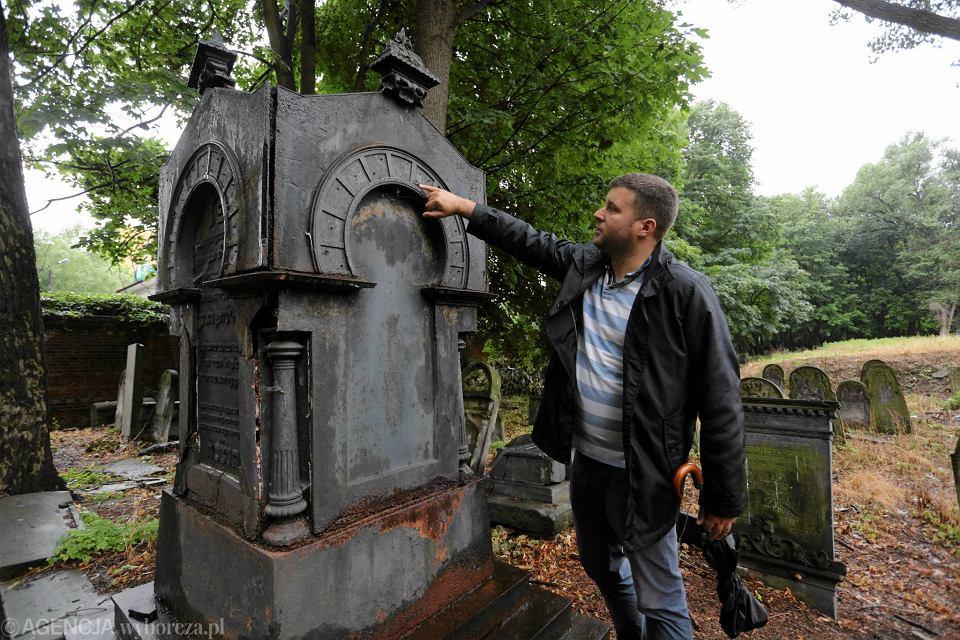 Dr Michał Laszczkowski przy jednym z nagrobków na Cmentarzu Żydowskim przeznaczonych do konserwacji