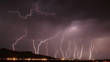 Wielka burza z piorunami nad lotniskiem Daggett  na północ od Barstow w Kalifornii.