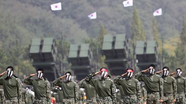 Oddziały specjalne armii południowokoreańskiej podczas pokazu dla mediów przed 69. rocznicą Dnia Sił Zbrojnych, Pyeongtaek, Korea Południowa.