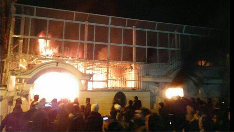 Płonący budynek ambasady Arabii Saudyjskiej w Teheranie