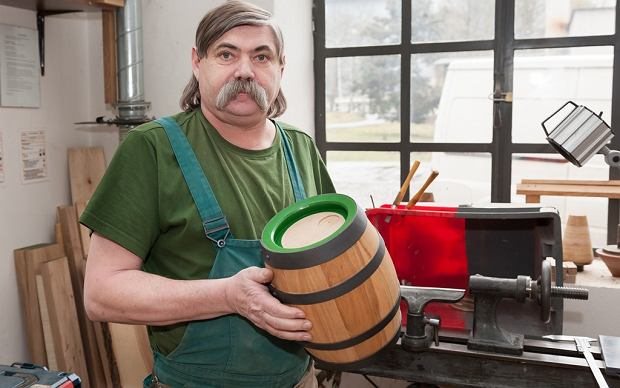 Bednarze zatrudniani przez czeski browar Plzensky Prazdroj każdego roku budują co najmniej dwie nowe beczki!