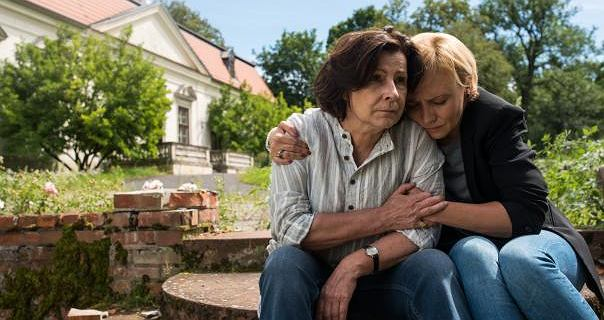 ''Napij się wódki, będziesz milsza'': Kinga Dębska w filmie ''Zabawa, zabawa'' pokazała jak okropny jest kobiecy alkoholizm