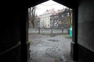 Polacy z Zabrza odgradzają się murami od romskich sąsiadów - bo brudzą