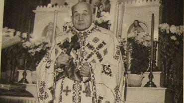Ksiądz Mirosław Ripecki na fotografii z 1966 r. przed ołtarzem swojej kaplicy w Chrzanowie. Ubecy stale ją obserwowali i podsyłali Ripeckiemu prowokatorów, którzy przedstawiali się jako delegaci komórek Organizacji Ukraińskich Nacjonalistów. Ksiądz nigdy się nie ugiął pod presją władzy. Historycy nie natknęli się w archiwach na ślad jego współpracy z komunistami.