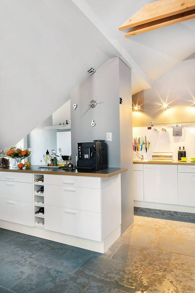 792996daea32 W kuchni pod skośnym dachem umieszczono jedynie dolne szafki. Schowków  jednak nie brakuje