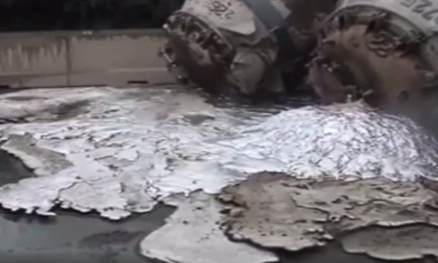 Niemcy: rozla�o si� ciek�e aluminium o temperaturze 800 stopni, zap�on�a nawierzchnia autostrady