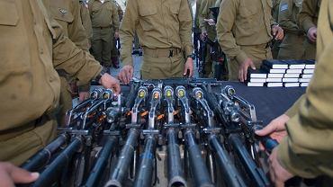Nowi izraelscy żołnierze pobierają broń po złożeniu przysięgi
