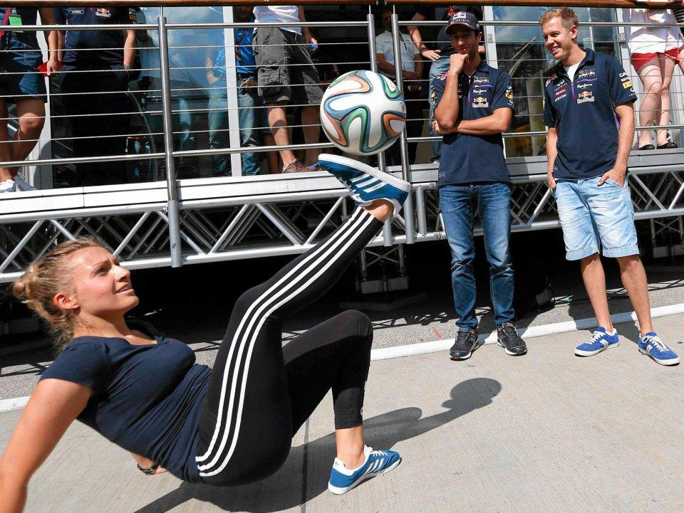 Zdjęcie numer 0 w galerii - GP Węgier. Kierowcy Formuły 1 grają w piłkę [ZDJĘCIA]