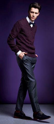 Sweter Boss Black, wełna. Cena: 669 zł  Koszula smokingowa Da Vinci, bawełna. Cena: 499 zł  Mucha Hugo, jedwab. Cena: 169 zł  Spodnie Boss, wełna. Cena: 849 zł  Buty Street, zamsz. Cena: 259 zł