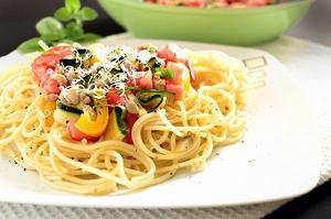Makaronowe serce z mięsem i kolorowymi warzywami