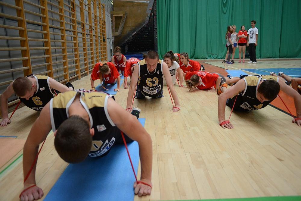 Uczniowie ZSM nr 1 z Krakowa wytrwale ćwiczą z panią Bogumiłą Bzdułą