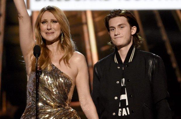Celine Dion na gali Billboard Music Awards odbierała nagrodę dla Ikony. Organizatorzy przygotowali dla niej wyjątkową niespodziankę - statuetkę wręczył jej nastoletni syn Rene Charles. Wokalistka nie mogła opanować wzruszenia, zwłaszcza kiedy przeszła do podziękowań dla męża. Rene Angelil zmarł w styczniu po wieloletniej walce z rakiem krtani.