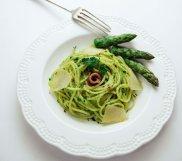 Spaghetti z pesto z zielonych szparag�w i natki