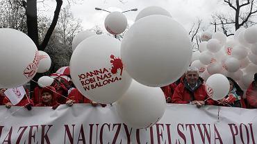 Protest nauczycieli i Związku Nauczycielstwa Polskiego pod Ministerstwem Edukacji. Warszawa, 18.04.2015